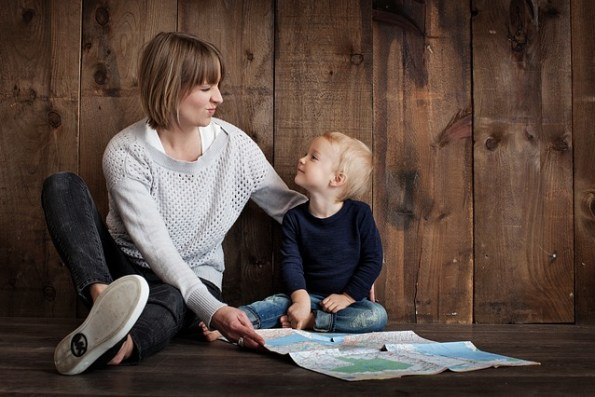Le parent est un accompagnateur discret mais présent pendant le jeu