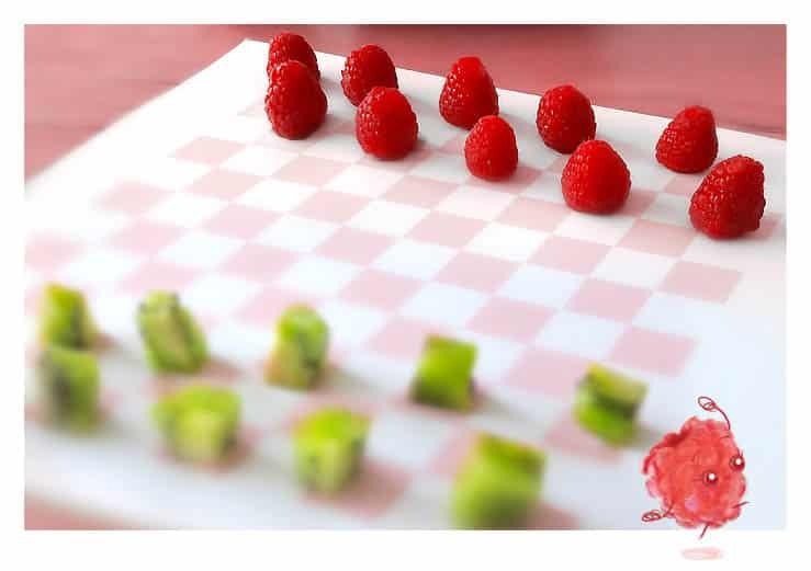 Apprendre les échecs aux enfants avec des fruits à manger