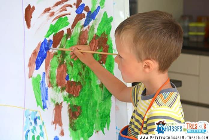 Un enfants fait de la peinture abstraite