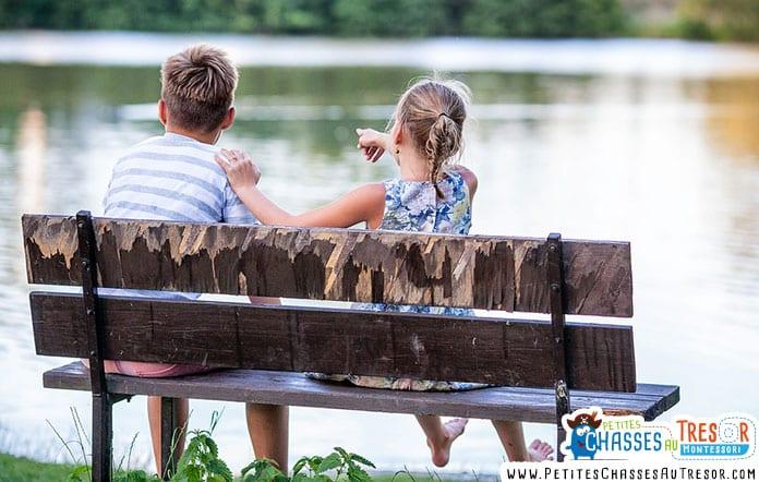Des enfants regarde le paysage au bord d'un étang