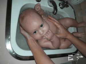 bain de bébé dans le lavabo