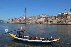 bateau avec tonneaux sur le douro à porto