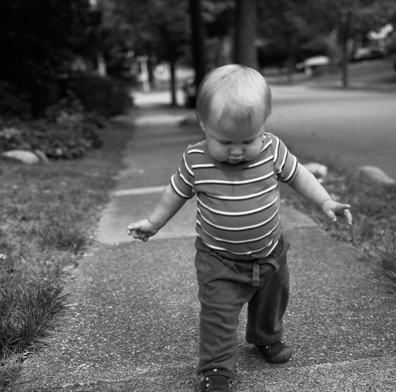 Bébé qui apprend à marcher, photo de jaimekop (CC BY-ND 2.0)