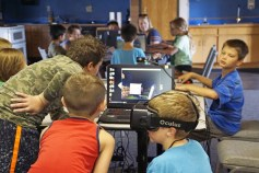 enfants jouant ensemble jeux vidéo
