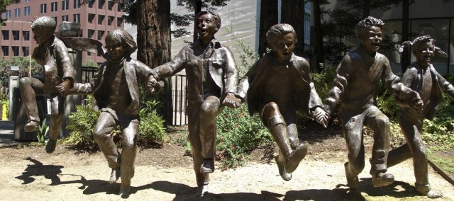 statue enfants jouant ensemble, photo de Babak Fakhamzaeh (CC BY-NC 2.0), sculpture de Glenna Goodacre, 1989, Redwood Park, San Francisco