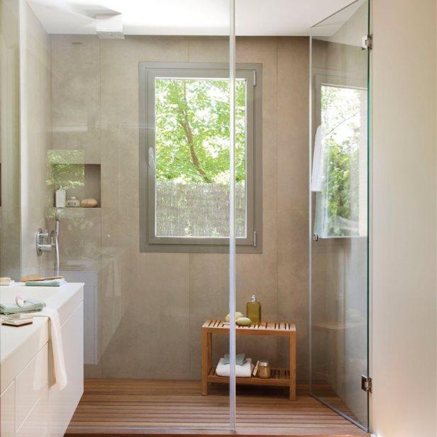 Bancada branca casou com a cor da parede, detalhe do nicho e piso que imita madeira.