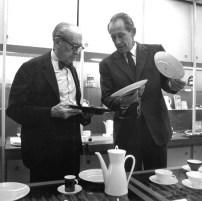 Architect Walter Gropius and Phillip Rosenthal discussing porcelain 1967, Photograph: Rosenthal archives