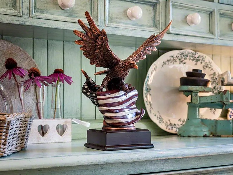 The Eagle & Flag are beautifully represented in the stunning Patriot Memorial Keepsake Urn. Cast in resin with copper plate and enamel figurine on a matte black plinth