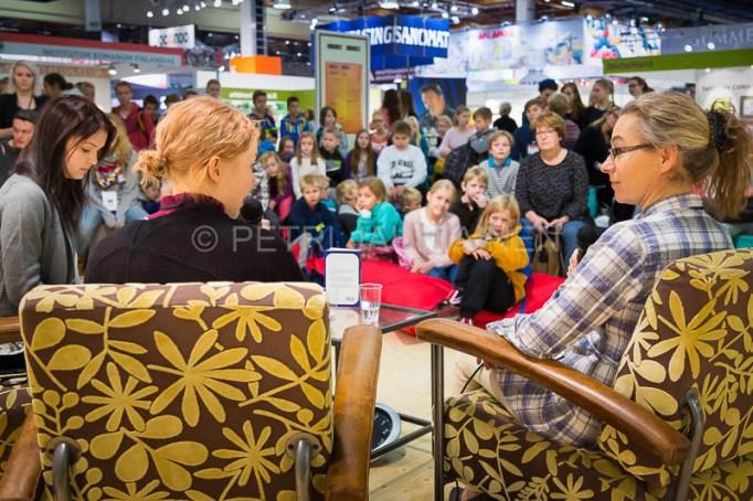 Kirsi Pehkonen Louhi -lavalla KirjaKallion tentissä