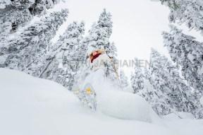 Nuori nainen lumikenkäilemässä