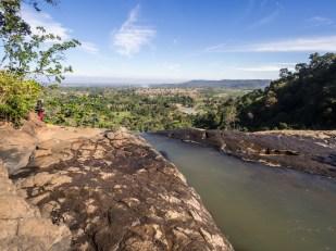 Na skalní hraně, z které teče vodopád Tad Soung