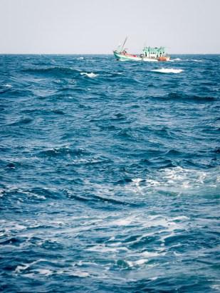 A lodní doprava námořní, foceno z podobné kocábky cestou přes rozbouřené moře na ostrov Koh Rong. Nebylo to nic pro slabé žaludky.