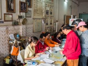 Kancelář společnosti provozující autobusy na malém městě. Zde v Battambangu. Lístky zařídí i jakýkoliv hotel, samozřejmě s mírným příplatkem. Smysl to má tam, kde je do kanceláře daleko.
