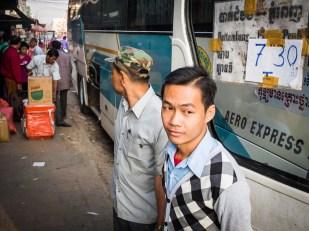 Račte nastoupit. Opět Battambang - autobus na Thajskou hranici.
