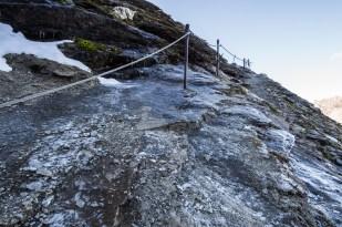 Ledovka cestou k chatě, ve stínu je dost kosa