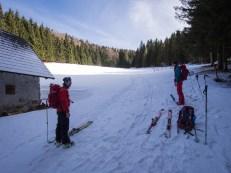 Ve 2/3 kopce konečně souvislý sníh, tak nazouváme lyže...