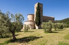 Po dlouhém sjezdu z Montalcina do údolí řeky Orcia zastavujeme u opatství Sant Antimo s krásnou románskou bazilikou, kterou máme jen sami pro sebe