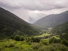 Vesnice Mazeri a déšť dole v údolí