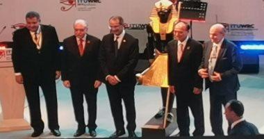 Photo of وزير الاتصالات يهدى نموذج من تمثال توت عنخ أمون لرئيس الاتحاد الدولى