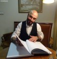 M. Szczygielski wpisuje się do księgi teatru, fot. Leszek Skierski