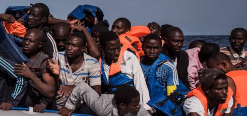 """""""Barn"""" på väg över Medelhavet från Gambia och Senegal där det är fattigt men fredligt..."""