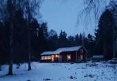 Än lyser lamporna i det gamla torpet där Pettersson och den oäkta hustrun bor