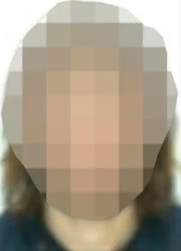 Bilden på den återvändande biståndsarbetaren från Expressen. Av någon anledning har expressen vitpixlat halsen och ser ut att ha blekt året.
