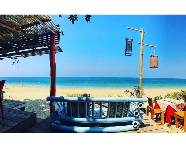 Working on the beach is not a total myth, BUT! Needs to be 7am-11am and away from the sand. Default advantages: morning sea breeze in you face + you'll be the only one there. Tourists start popping up around 10:30. Fav morning work spot in #KohLanta: Suza Cafe @ Long beach. Added bonus: real espresso ☕️🏝 #thailand #nomadworking #nomadbase #cafe #island #digitalnomad