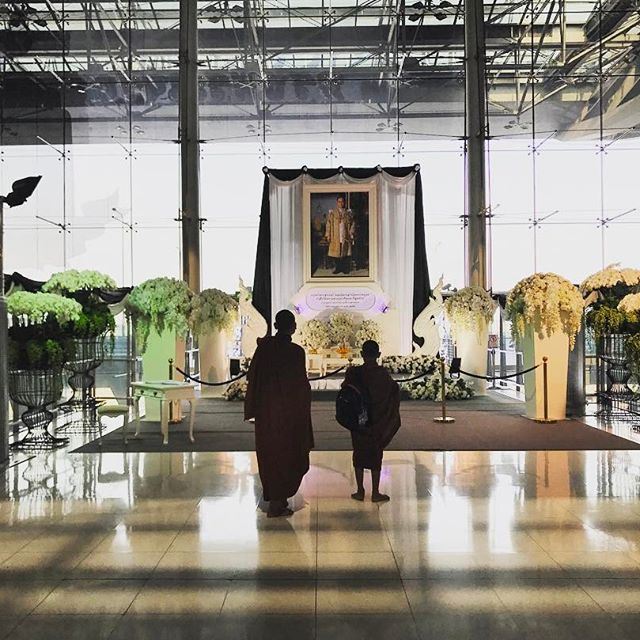 Bangkok airport, February 6th. Father and son stop in front of one of the many memorials built for the late king of Thailand Bhumibol Adulyadej. The king passed away in October 2016 and the country is in the middle of its one year mourning period. All over the capital and the islands you can see beautiful memorials of all sizes and the face of the king is everywhere. #throwback #thailand #airport #tradition #memorial #vscocam #nomadstories