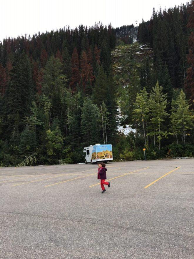 Nosso motorhome parado no estacionamento enorme do Jasper SkyTram.