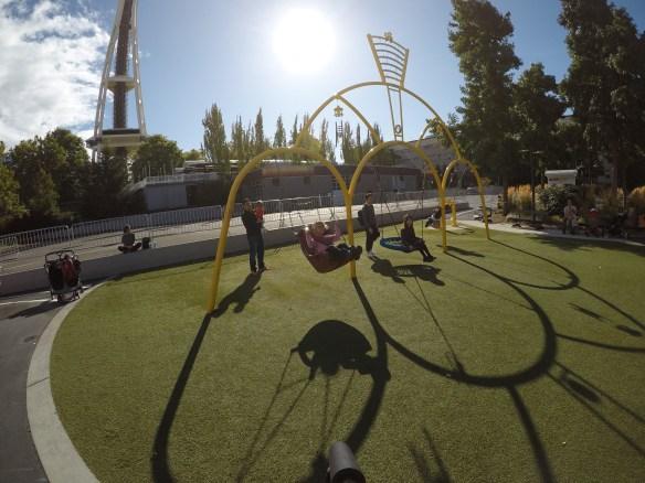 Playground em frente ao museu do pop