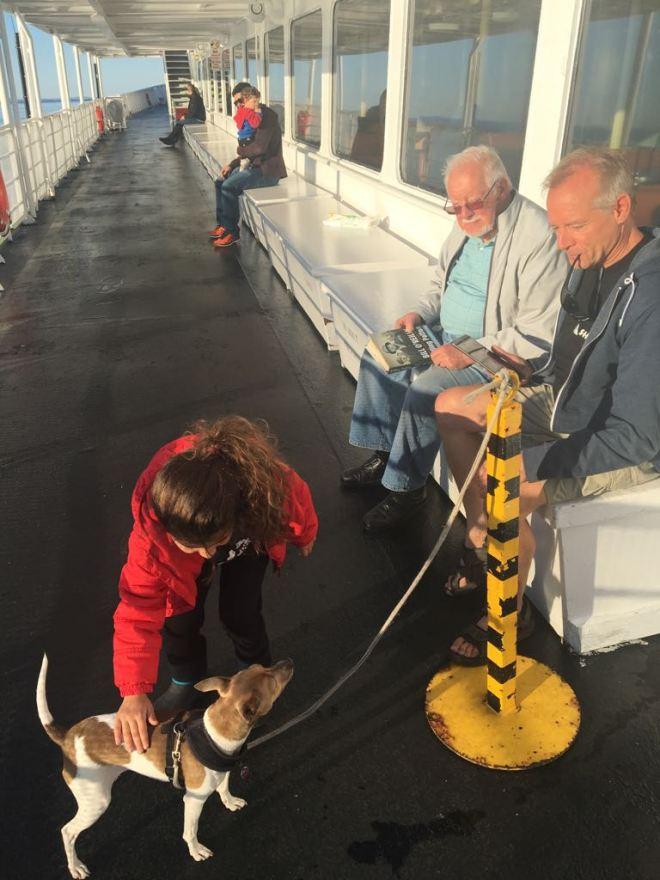 A Bela fazendo amigos no ferry