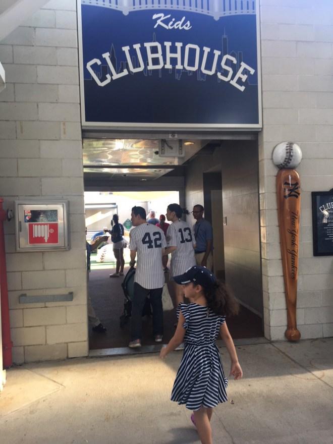 Isabela entrando na área infantil do Yankee Stadium, NY