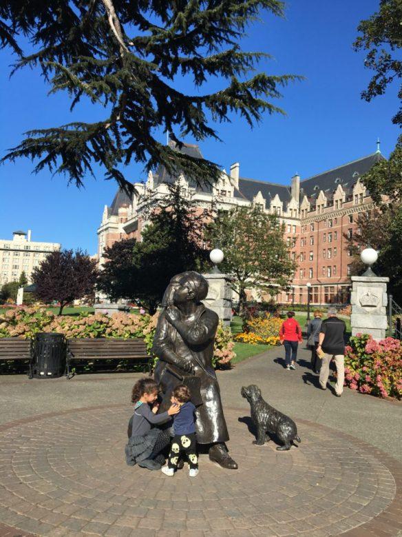 Pipo e Bela se divertindo com a estátua de Emily Carr, pintora e escritora canadense, natural de Victoria