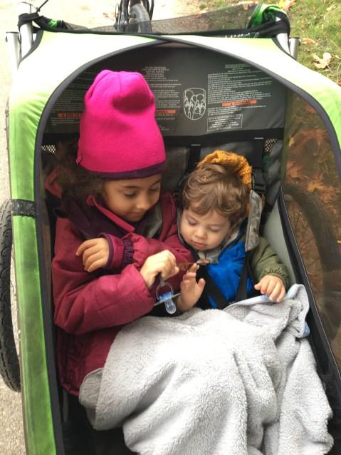 Coisa mais fofa do planeta esses dois grudadinhos. Dica: se estiver frio, leve um cobertorzinho para as crianças, pois elas estarão paradinhas, sem fazer exercício, então sentem mais frio que os pais, que estão pedalando.