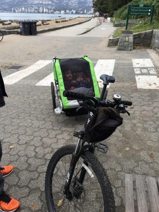"""As crianças """"guardadinhas"""" no bike trailer"""