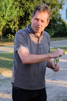 Gerhard beim Erklären im Weinberg