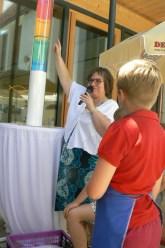 Pfarrerin Daniela Ditz-Sievers zeigt an, dass in der Spendensäule noch viel Luft nach oben ist. Der Spendenstand kann sich aber durchaus sehen lassen.