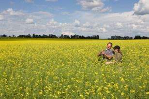 farmers-in-oilrape-field-lowres (Syngenta)