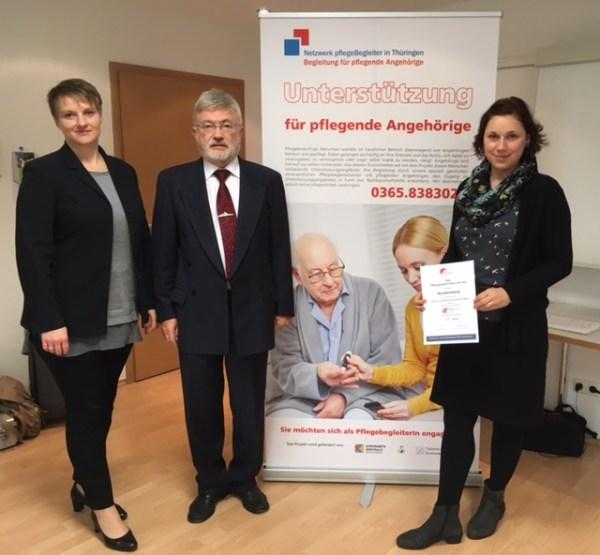 Dr. Rembold bei der Auszeichnung eines Pflegebegleiterstandortes