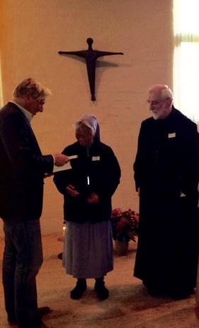 Overhanding boek aan zuster Siong van Grandchamp en Abt Gerard van de Benedictijnen
