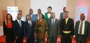 Photo de famille avec Mme Candia Camara, Ministre de l'Éducation Nationale et de l'Enseignement Technique, avec Mr Azoumana MOUTAYE. Ministre de l`Entreprenariat National, de la Promotion des PME et de l`Artisanat et les officiels de la cérémonie.