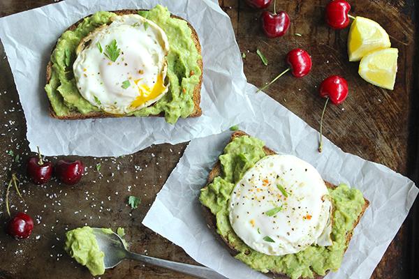 Skinny-Fried-Egg-and-Avo-Toast-Perfect-breakfast-YUM