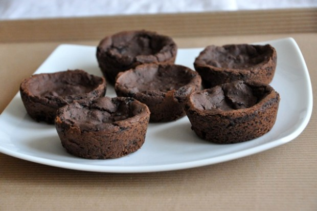 Vegan Black Bean Brownie Bites| These mini-desserts are perfect for diets and packed full of fiber.