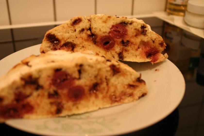 Zwei Stücke Kuchen des Schwarzwälder Kirschstuten liegen angeschnitten auf einem Teller. Wenn man auf das Bild klickt gelangt man zum eiweißarmen Rezept für Menschen mit PKU.