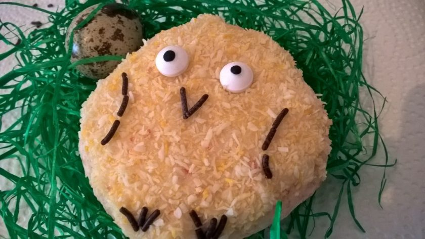 Auf einem Grasnest liegt ein Cookie, welches als Küken dekoriert ist.  Daneben liegt ein Wachtelei. Wenn man auf das Bild klickt gelangt man zum eiweißarmen Rezept für Menschen mit PKU.