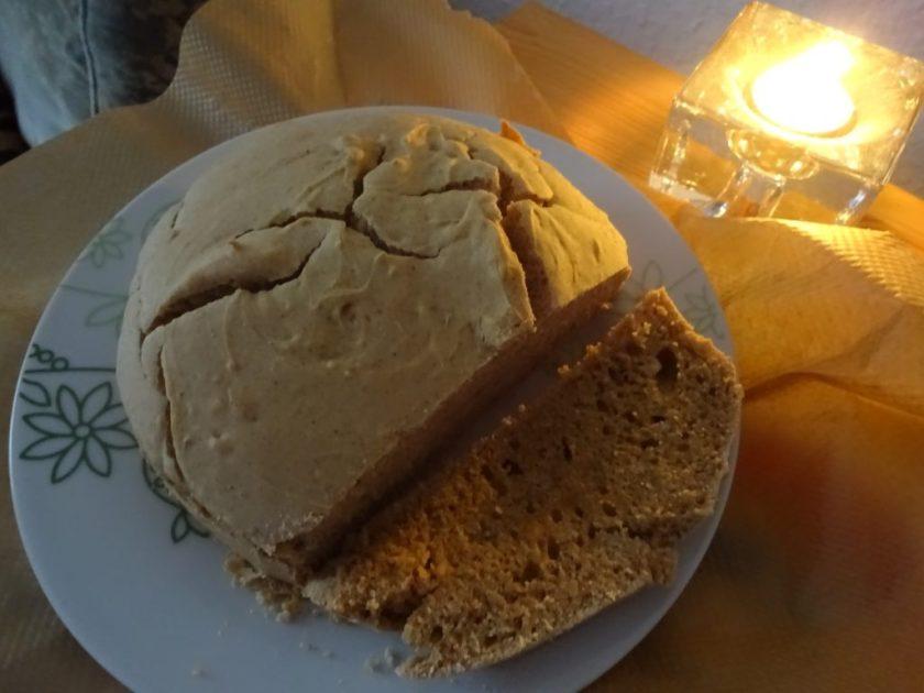 Ein angeschnitter Kuchen. Es ist Lebkuchen-Stuten. Wenn man auf das Bild klickt gelangt man zum eiweißarmen Rezept für Menschen mit PKU.