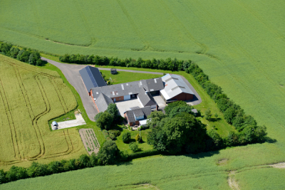 Dronebillede af gård-2-400x267