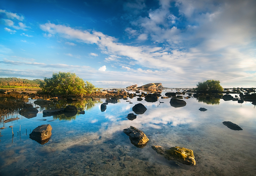 Due to the consistency of salt and the clear sky reflecting to the sea, you can sometimes witness a mirror-effect at Biri Island, Northern Samar