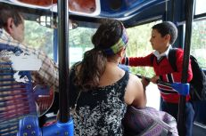 Ein Schuljunge bezahlt auf dem Heimweg den Busfahrer